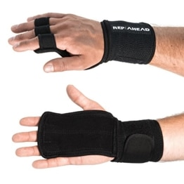 REP AHEAD® Wodsters 2.0 – Handgelenk Bandagen mit Handschutz (2 in 1) – Trainingshandschuhe für Crossfit, Bodybuilding, Gym – 100% Schutz durch Griffpolster + Handgelenk Bandage - Fitness Handschuhe - 1