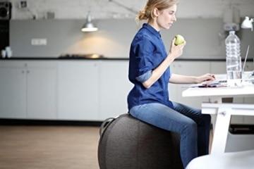 VLUV STOV Stoff-Sitzball SBV-002.65CAN, ergonomisches Sitzmöbel für Büro und Zuhause, Farbe: anthrazit (dunkelgrau), Ø 60cm - 65cm, hochwertiger Möbelbezugsstoff, robust und formstabil, mit Tragegriff - 3